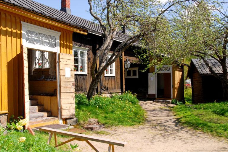 Kotimuseo Kirstin pihaa ja rakennuksia kesällä.