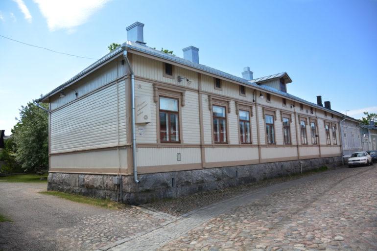 Korjausrakentamiskeskus Tammelan katujulkisivua.
